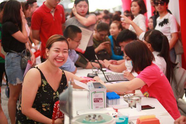 Cán bộ công nhân viên công ty tình nguyện tham gia hiến máu nhân đạo